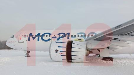 Avión prototipo ruso MC-21 aterrizó fuera de la pista y se atascó en la nieve