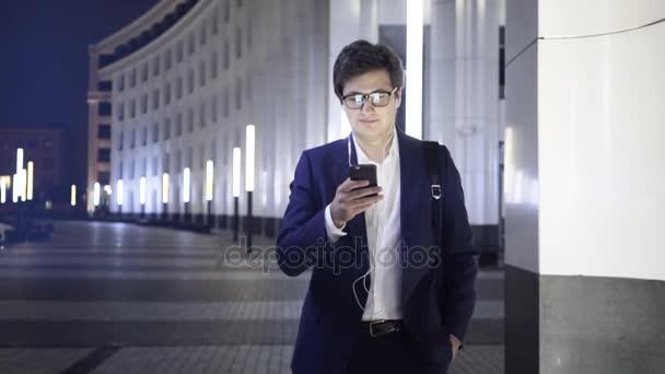 depositphotos_177768682-stock-video-youn