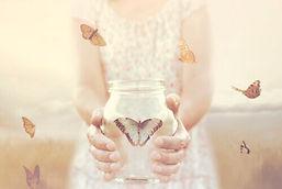 mujer-con-bote-mariposa +.jpg