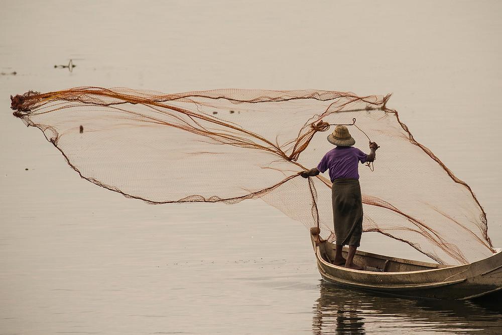 Lancer de filet d'un pêcheur Birman, photographie de Cyril Guillaume