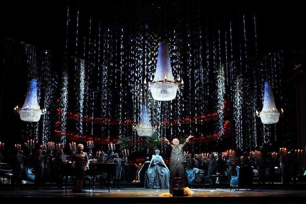 フィリップ・フューアホーファーのデザインした豪華なシャンデリアの並ぶ舞台セット