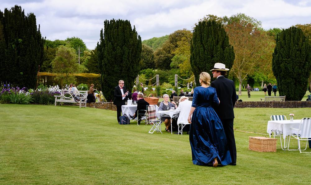 手の行き届いた庭園で楽しむ観客達 ©Glyndebourne Productions Ltd. Photo: James Bellorini