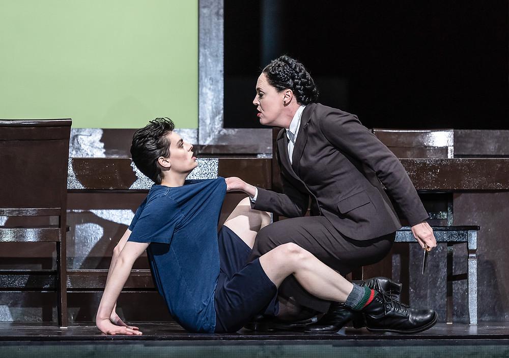 エミリー・ダンジェロ演じるセスト(左)と二コル・シュヴァリエ演じるヴィッテリア(右)