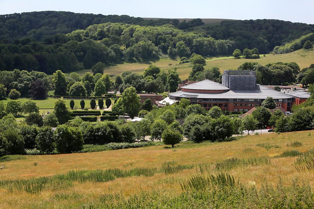 田園の中に聳え立つオペラハウス ©Glyndebourne Productions Ltd. Photo: Sam Stephenson