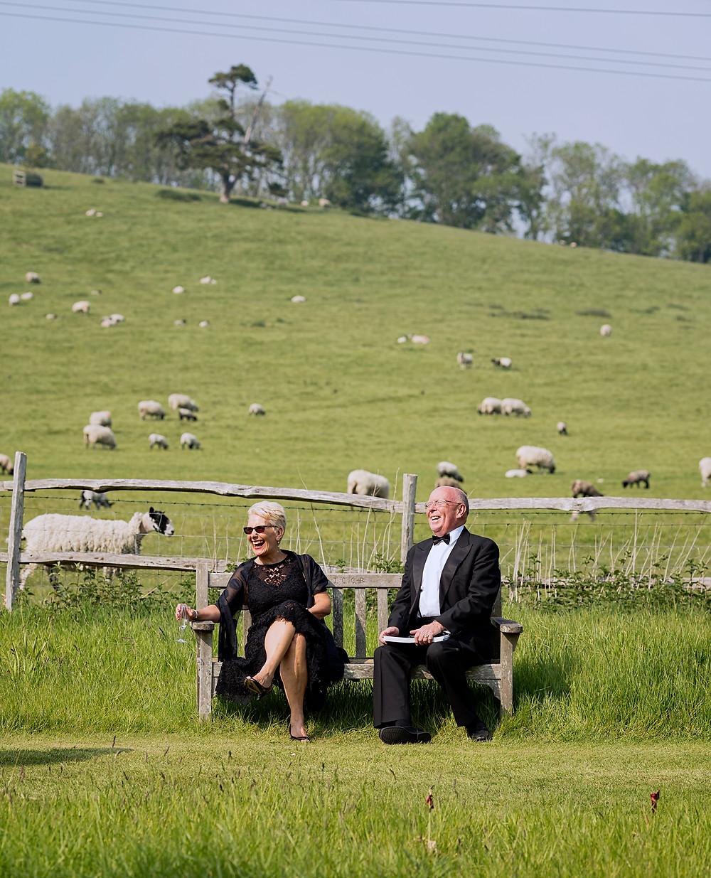 庭でくつろぐ観客 ©Glyndebourne Productions Ltd. Photo: James Bellorini