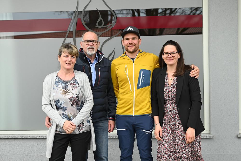 Die Besttatterfamilie Esterbauer steht vor ihrem Firmengebäude. Christine und Walter mit ihrem Sohn Reinhold und ihrer Tochter Alexandra (von links)