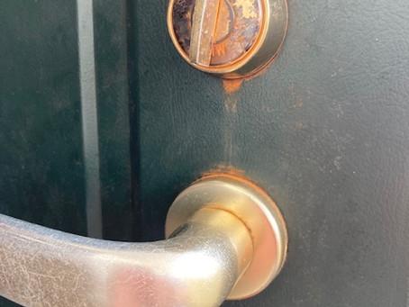 【帯広 鍵不調】玄関ドア、室内側サムターン(つまみ)故障の為、交換しました。