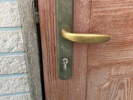 【旭川 鍵交換】玄関ドア(外国製)の鍵穴を交換しました。