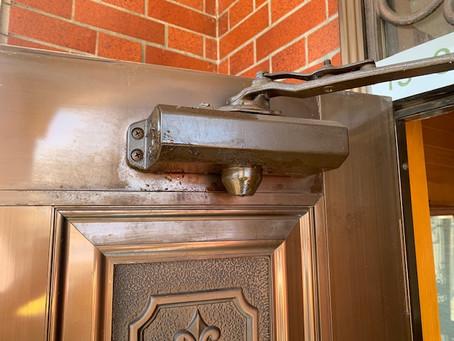 【旭川 玄関】玄関ドア上部にあるドアクローザーを交換しました。