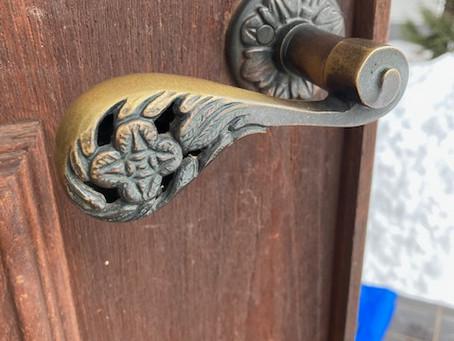 【帯広 玄関鍵交換】玄関ドア(ASSA)ハンドルと鍵穴の交換をしました。