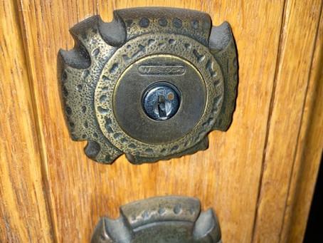 【帯広 鍵交換】玄関ドア(Weslock)の鍵穴交換をしました。