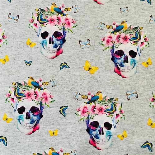 Totenköpfe mit Blumen, hellgrau-meliert