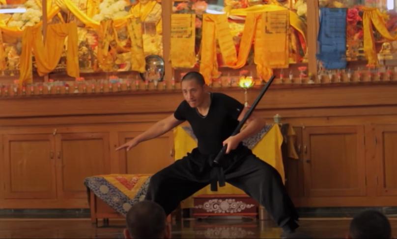 Tulku Lobsang en pleine démonstration de l'épée de Sagesse Tog Chöd devant l'autel du Monastère de Gyuto