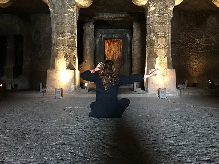 Lu Jong dans les grottes du monastère d'Ajanta (Inde)