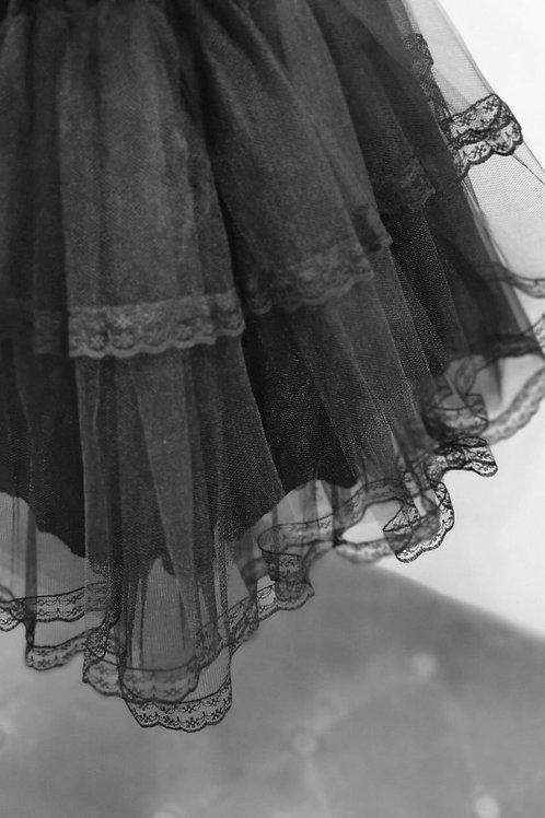 Falda con volante y encaje en color negro