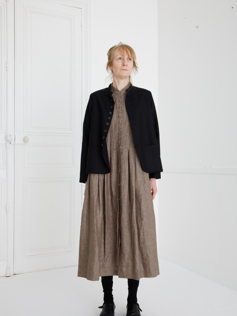 Jacket : JESSICA Black Dress : CLARA Soil brown