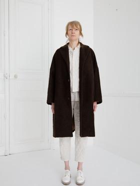 Coat : COPER Cacao brown Waist coat : GILLES Ivory Shirt : SCOTT Linen Ivory Pants : PETER Indigo blue