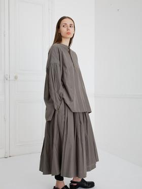 Shirt : BASIL Smoke taupe Skirt : SOLANGE Smoke taupe