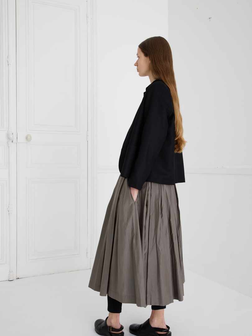 Jacket : JESSICA Black Shirt : BASIL Black Skirt : SOLANGE Smoke taupe