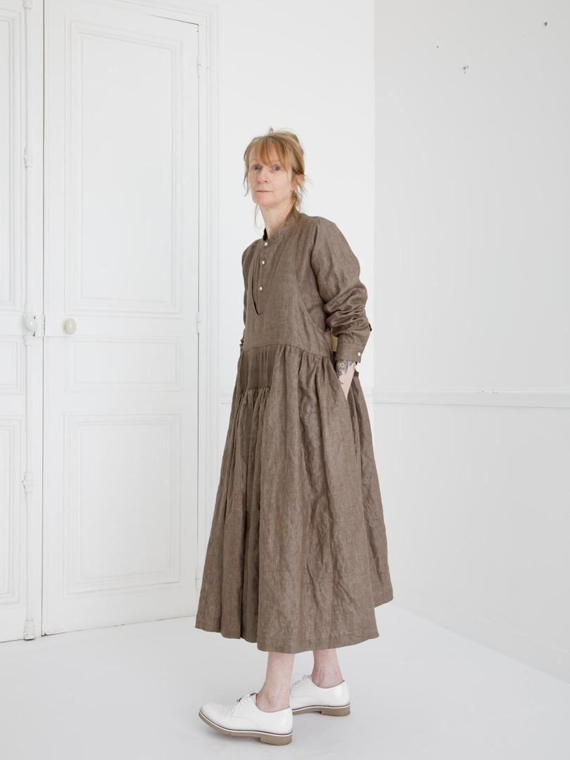 Dress : LUCIE Soil brown Shirt : SCOTT Soil brown