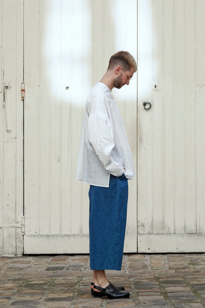 Shirt : BASIL White Pants : PIERRE Indigo blue