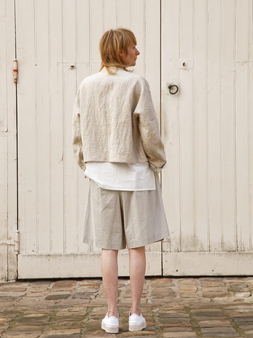 Jacket : JOE Beige Shirt : BASIL white Pants : PATRICE Greige