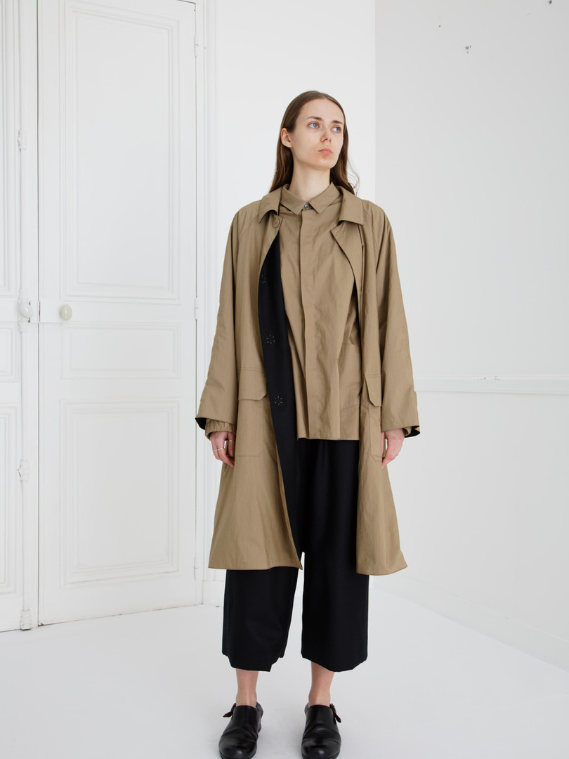 Coat : CHARLIE Khaki beige/ Black SHIRT : SAM Khaki beige Pants : PIERRE Khaki beige/ Black (reverse side)