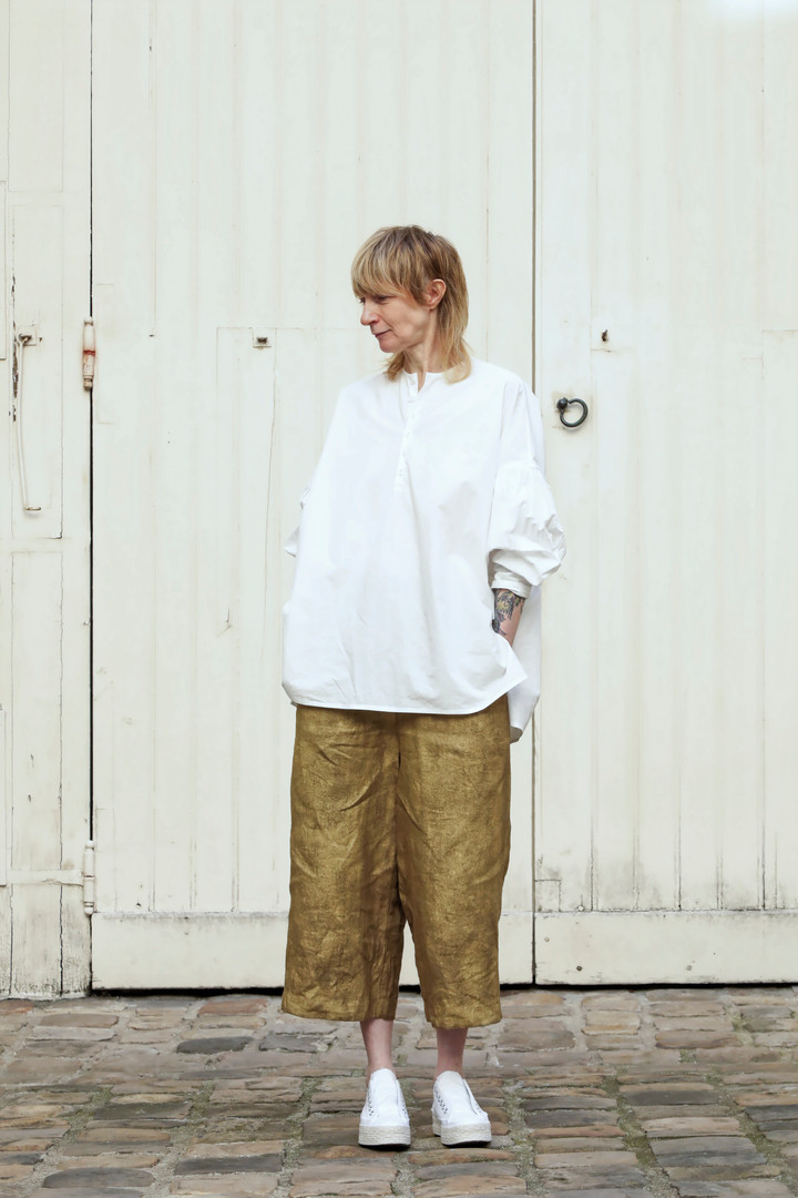 Shirt : BASIL White Pants : PIERRE Brass