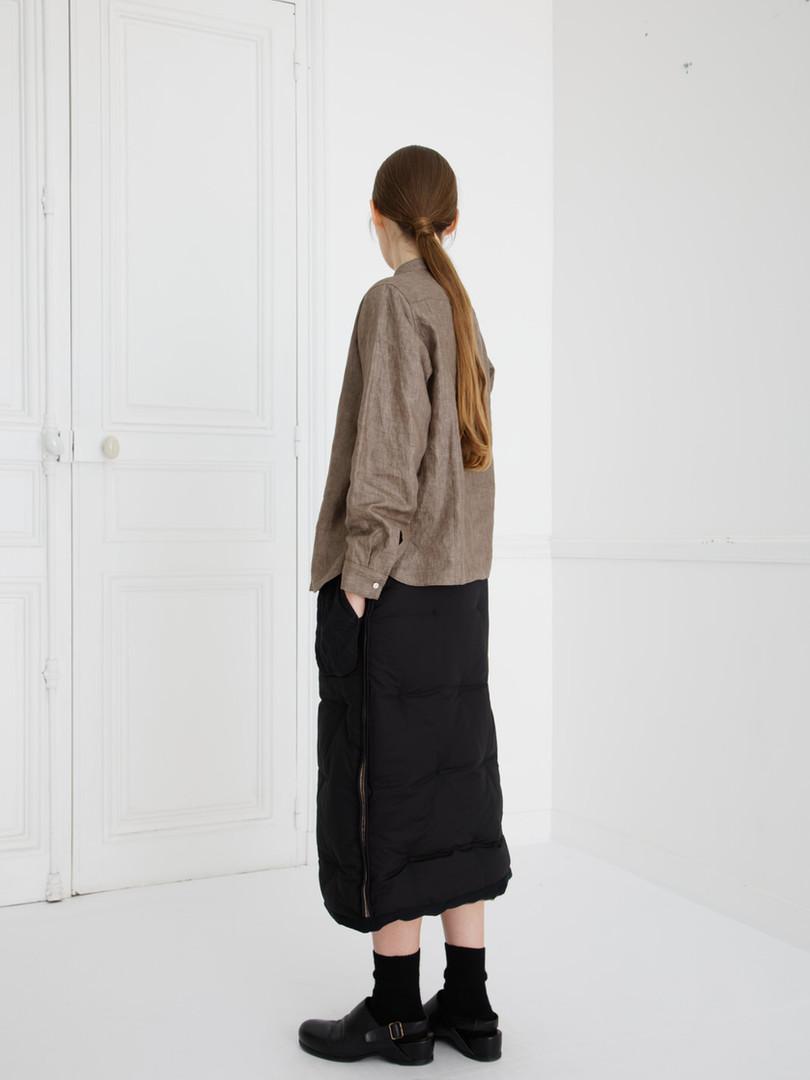 SHIRT : SCOTT Soil brown Skirt : SUSETTE Black (reverse side)