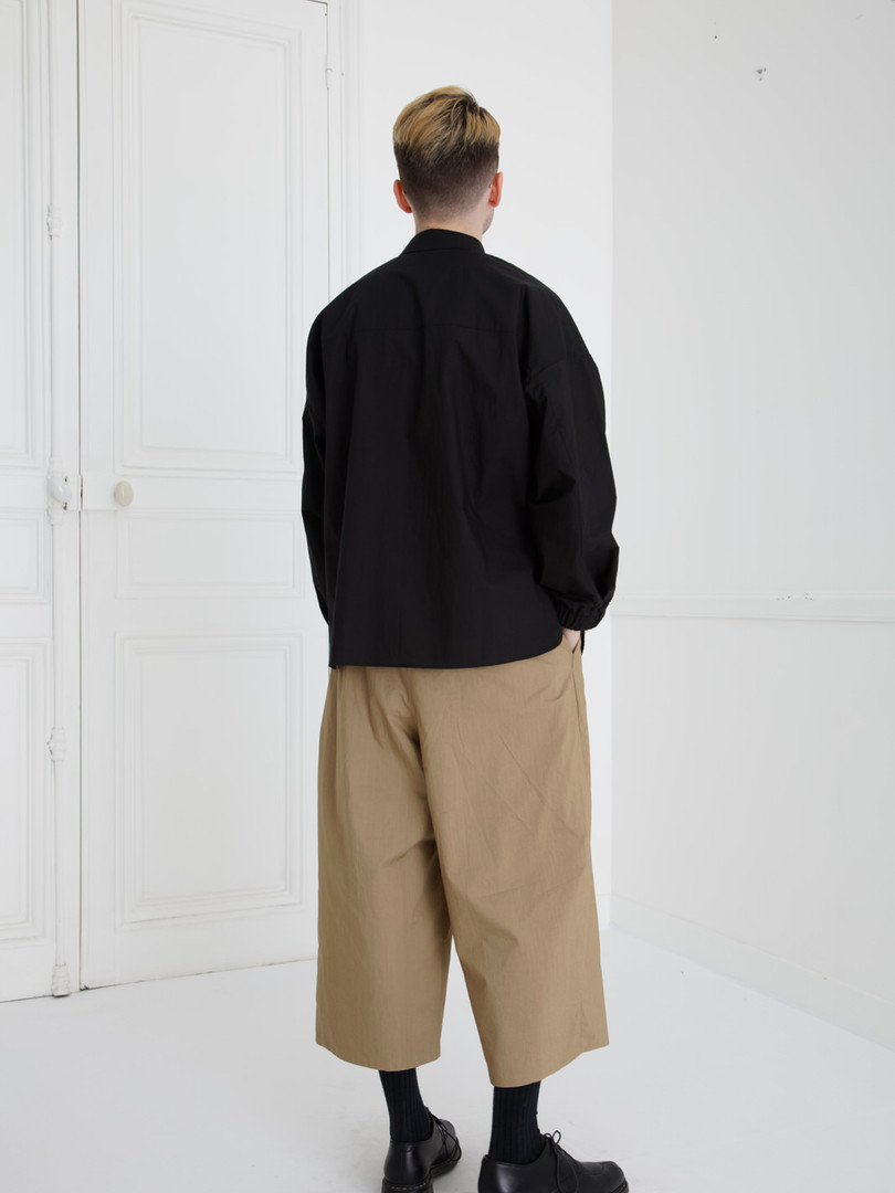 Shirt : SAM Black Pants : PIERRE Khaki beige