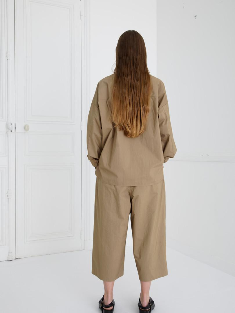 Shirt : SAM Khaki beige Pants : PIERRE Khaki beige