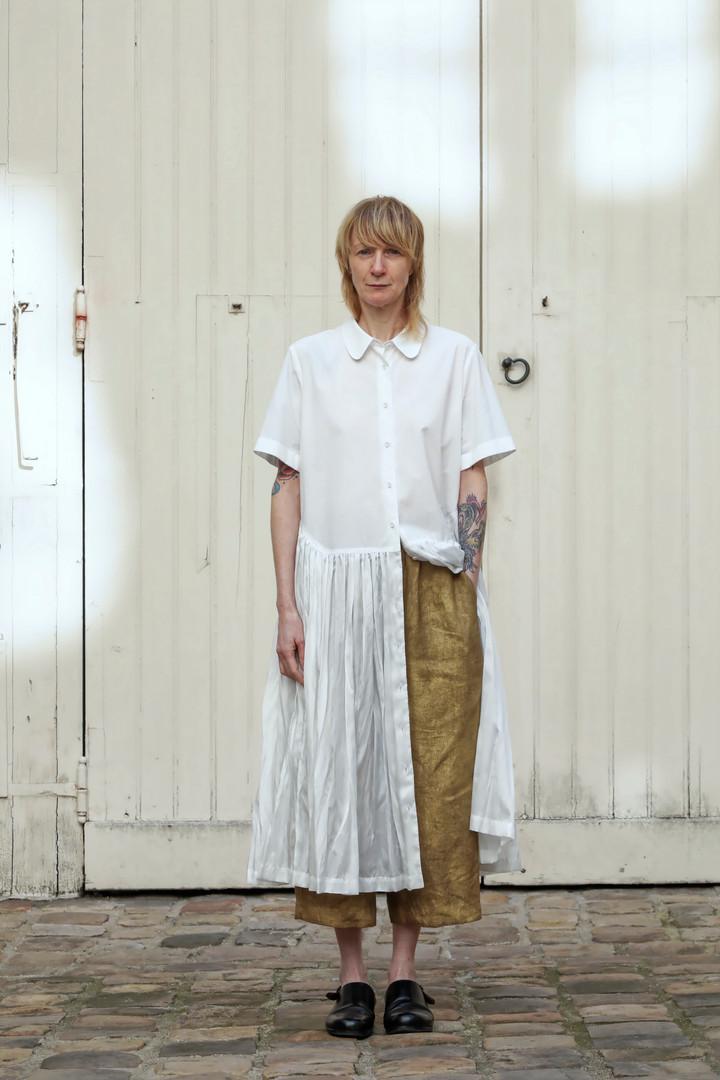Dress : DAPHNE White Pants : PIERRE Brass