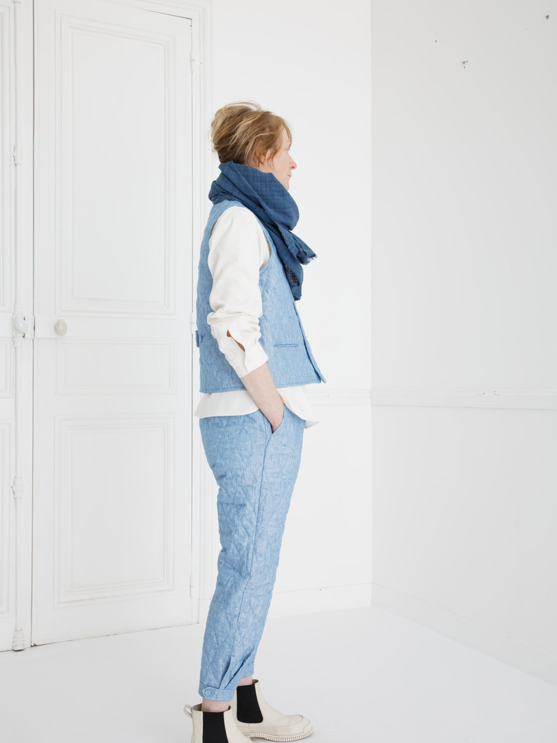 Waist coat : GILLES Washed blue Shirt : SCOTT Cotton Ivory Pants : PHILIP Washed blue Scarf : ALICE Indigo