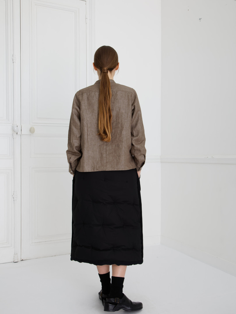 SHIRT : SCOTT Soil brown Skirt : SUSETTE Black (reverse side)