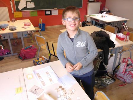 Nathan écrit des phrases pour les P1 & P2
