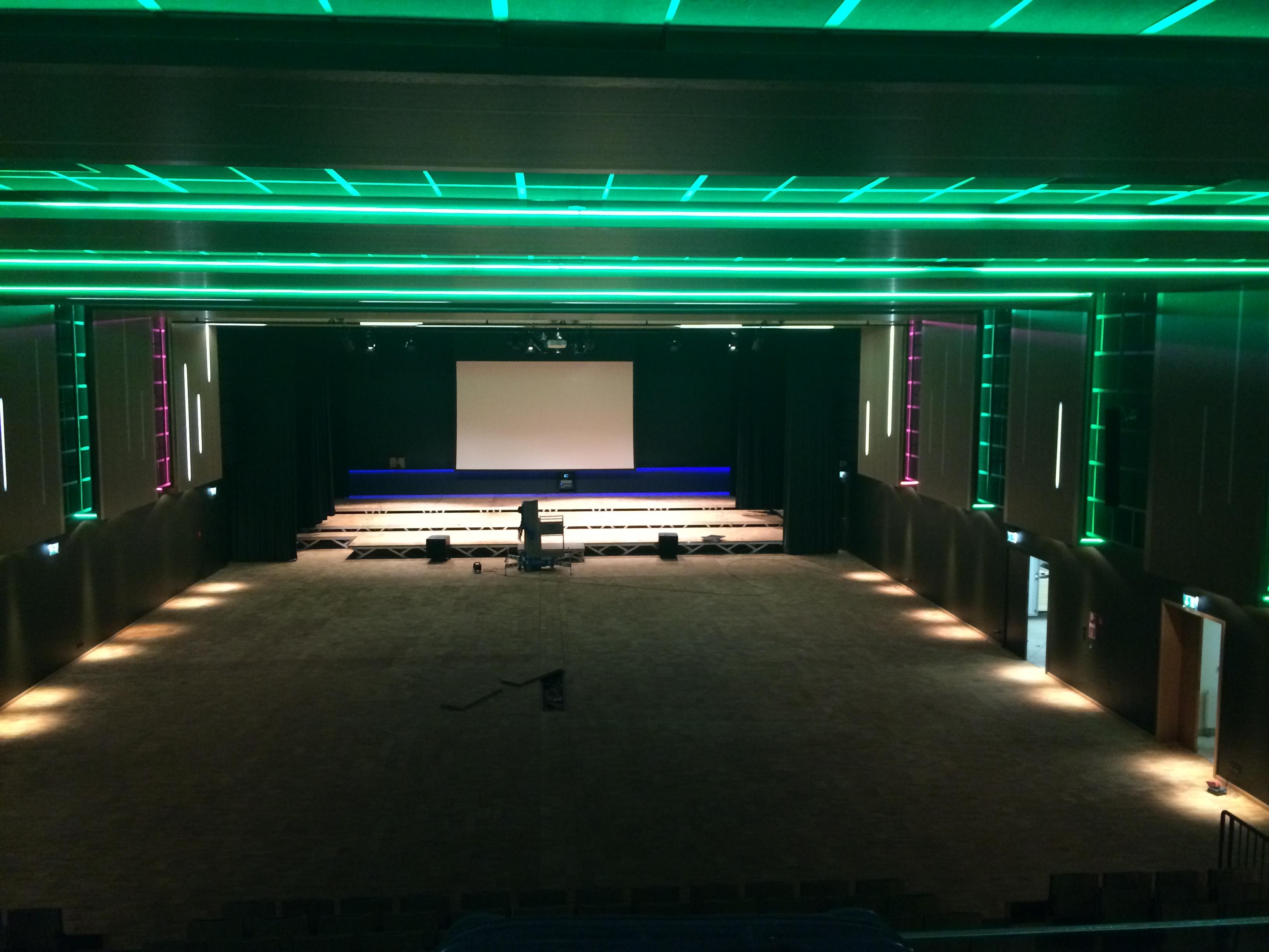 Kolibri-Medias-Veranstaltungshalle-Licht