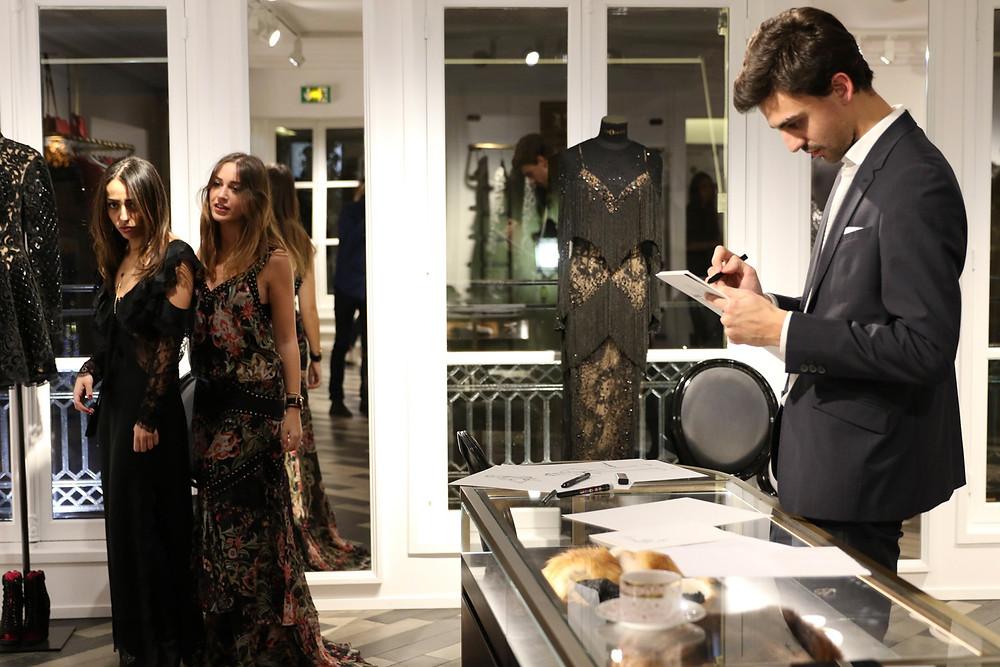 Habile Buston, illustrateur de Mode, à la Fitting Party au 55 Croisette à Paris.