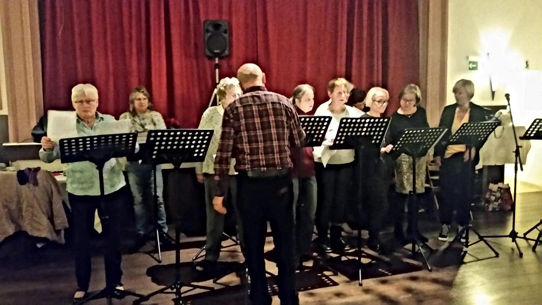 Der Frauenchor mit Reinhard der die Leitung hat.