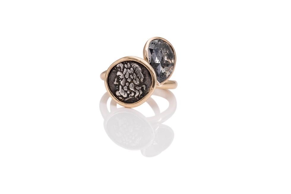 750 ROSÉGOLD RING ZEUS antike griechische münze 345 v.Chr.  Zeus ist das Oberhaupt der olympischen Götter und damit mächtiger als alle anderen griechischen Götter zusammen.  750 ROSEGOLD RING DIAMANT diamant-rose 3,6 ct grau