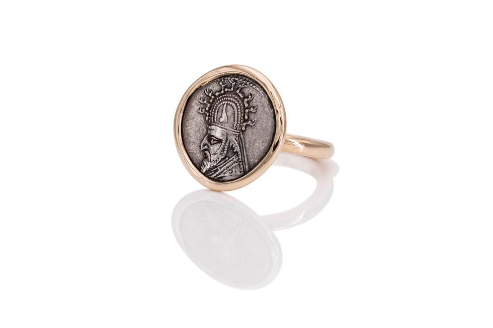 750 ROSÉGOLD RING | PERSISCHER KÖNIG antike griechische Münze 40 v.Chr.  In griechischen Kulturkreisen wagte es keiner, sich selbst neben Göttern und Tieren auf einer Münze abzubilden. Es handelt sich bei diesem König entsprechend um einen Perser, die Tracht kennzeichnet ihn als das, was er ist: Herrscher eines Weltreichs.