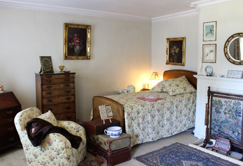 A simple yet feminine bedroom