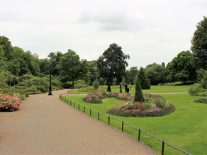 TAKING TIME OUT IN HYDE PARK AND KENSINGTON GARDENS, LONDON