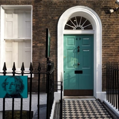 A green front door which is the entrance to Dicken's House in Doughty Street.