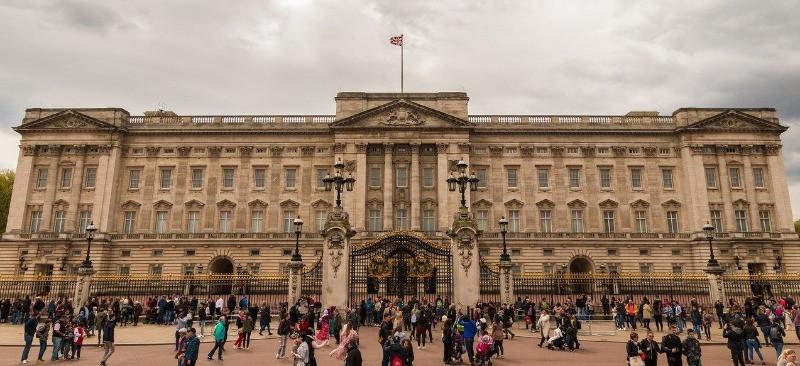 The outside of Buckingham Palace