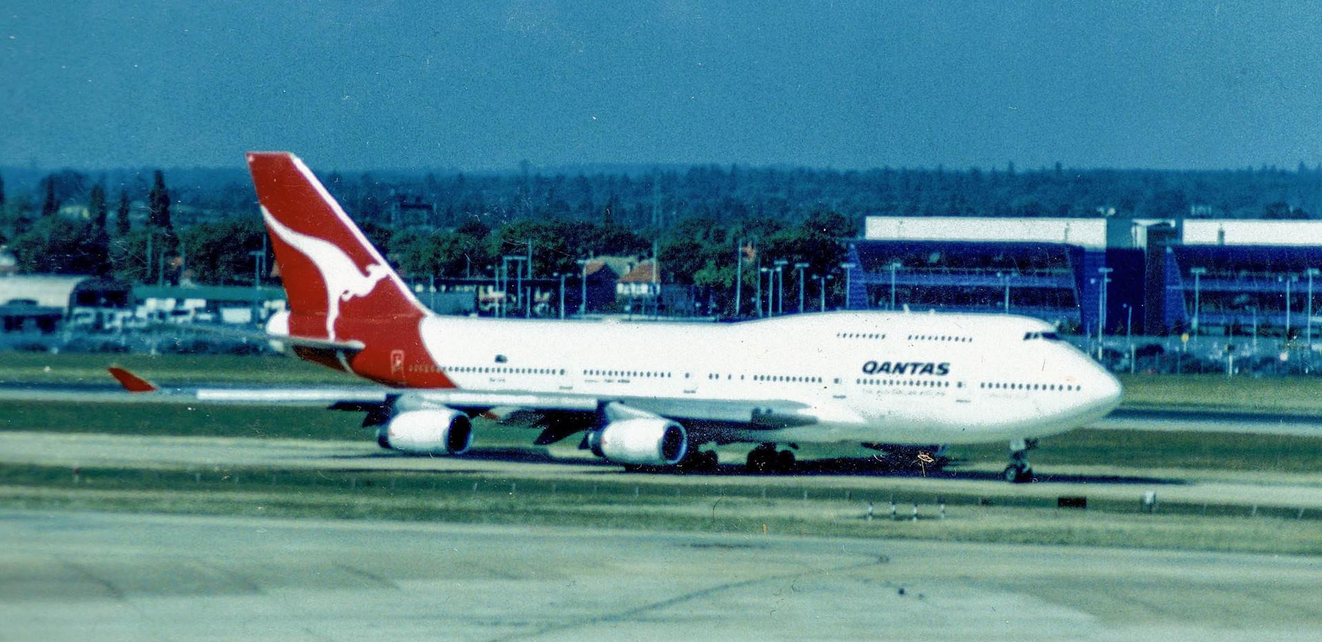 egll--qantas-747-400_39174437691_o.jpg