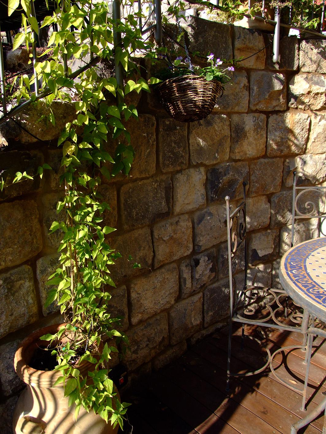 רצפת עץ במפגש עם קיר אבן