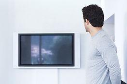 Mann vor Flachbild-Fernseher