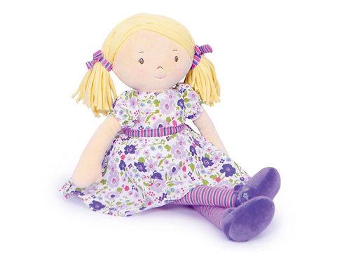 Bonikka: PEGGY met blonde haren en een lila & roze jurk