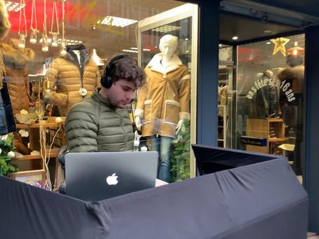 Animation DJ dans une rue commerçante