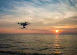Drone acima de um oceano